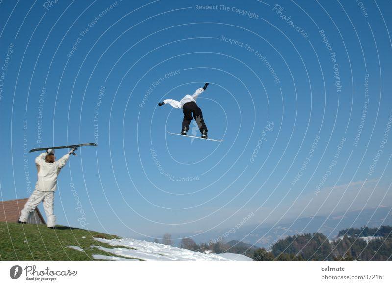 Snowboard St.Anton (CH) springen Extremsport Schnee hoch weit verrückt Snowboarder Snowboarding 2 Publikum Blauer Himmel Schneeschmelze Klimawandel Hügel Wiese
