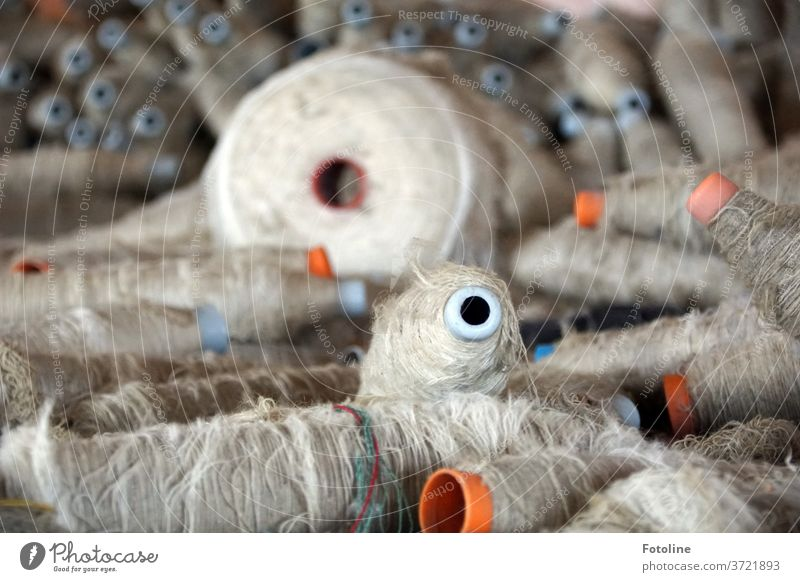 Auf Spulen aufgewickeltes Garn in einer alten verlassenen Tuchfabrik weiß orange Faser Textil Stoff Handwerk Mode Arbeit & Erwerbstätigkeit Material Fabrik