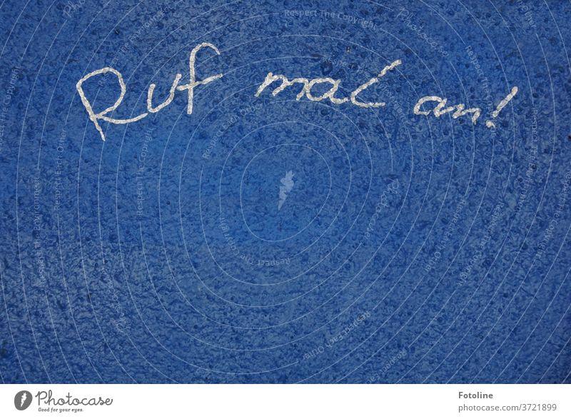 Ruf mal an! - oder auf einem blau gestrichenen Hintergrund steht eine Nachricht Wand Putz Mauer alt Fassade Außenaufnahme Farbfoto Menschenleer Tag Haus Gebäude