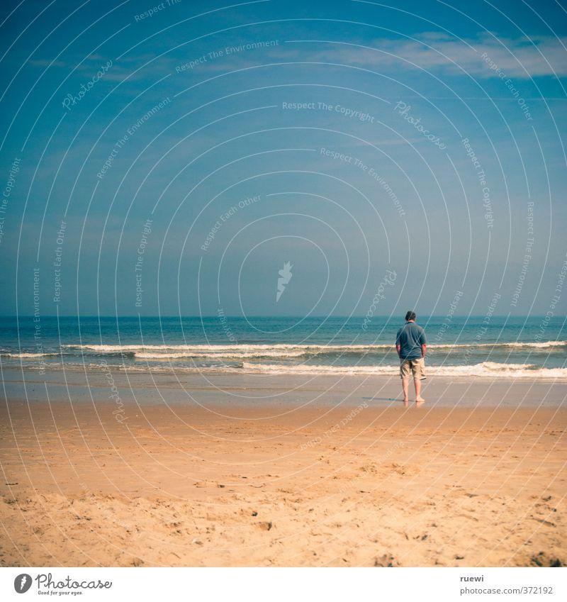 Der nicht ganz so alte Mann und das Meer Mensch Himmel Natur Ferien & Urlaub & Reisen Wasser Sommer Einsamkeit Landschaft Wolken Strand Ferne Erwachsene Senior