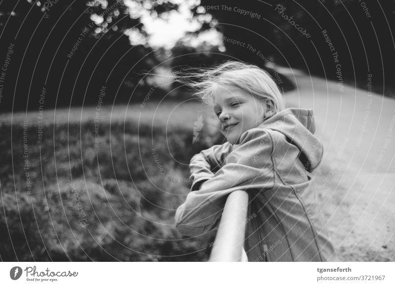 Haare im Wind Kind Mädchen Porträt windig glücklich glückliches kind lachen Glück Zufriedenheit zufrieden Kindheit wehendes haar Freude Lächeln 8-13 Jahre