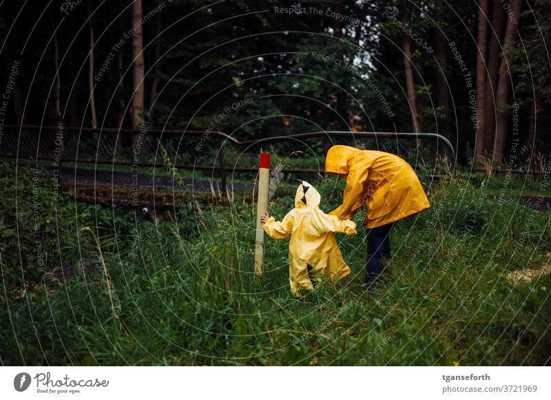 Regentage Kind Kinder Kindheit entdecken Spielen Regenjacke Geschwister geschwisterliebe Farbfoto Zusammensein Außenaufnahme schlechtes Wetter draußen
