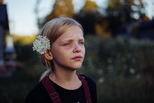 Blumenkind Porträt Kind Kindheit Mädchen Mensch 1 Außenaufnahme 3-8 Jahre Tag träumen verträumt nachdenklich blumen im haar Schwache Tiefenschärfe Unschärfe