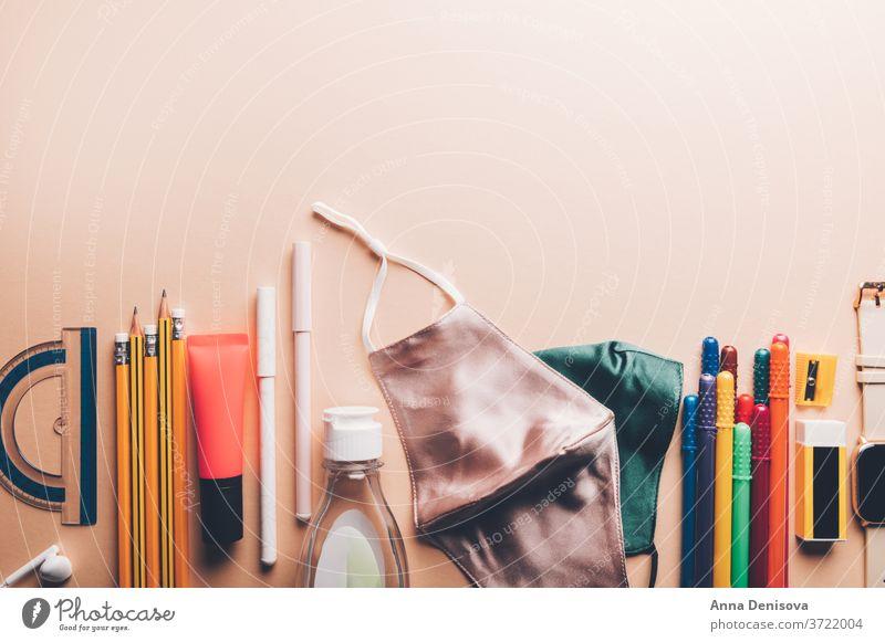 Zurück zur Schule mit Gesichtsmasken und Desinfektionsmittel zurück zur Schule neue Normale Handgel wiederverwendbar Proviant Material Radiergummi Bildung