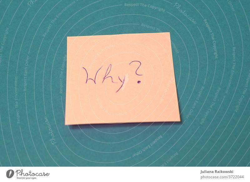 """Notiz mit dem Wort """"Why"""" Zettel Papier schreiben warum warum? Fragen Bildung Begründung Fragezeichen Farbfoto lernen Schriftzeichen rosa pink blau Innenaufnahme"""