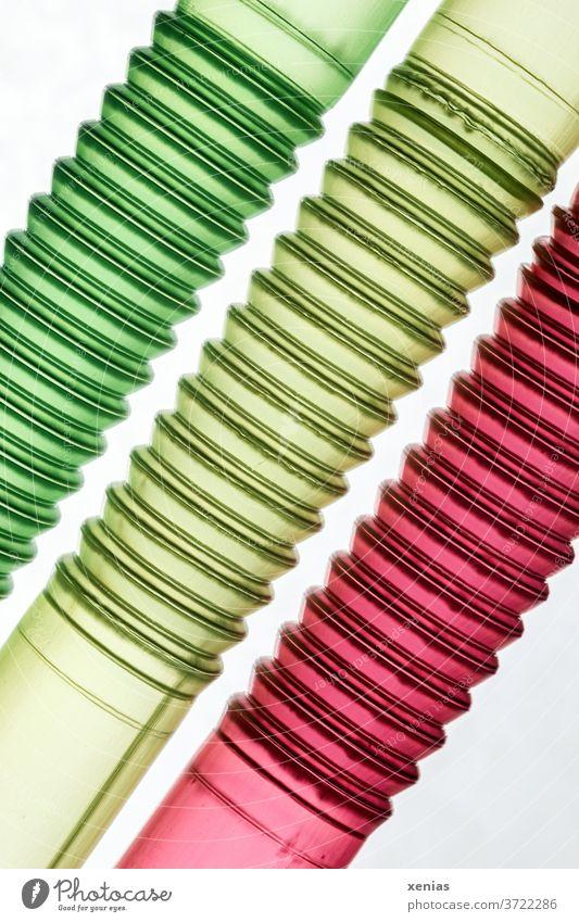Drei röhrenartige Gebilde in den Ampelfarben Grün, Gelb und Rot - Trinkhalme Makroaufnahme Rohre grün rot gelb Politik drei 3 Detailaufnahme abstrakt