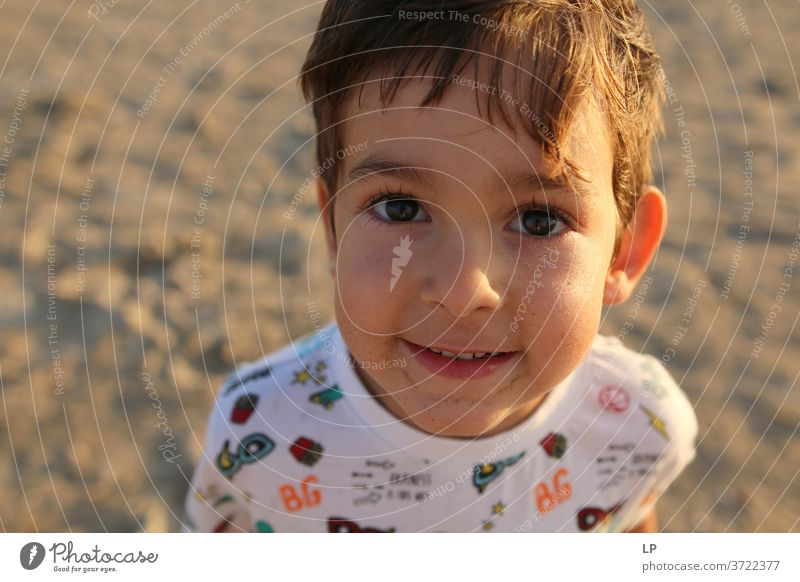 Junge mit schönen Augen, der in die Kamera schaut Blick in die Kamera Oberkörper Porträt Sonnenlicht Lichterscheinung Optimismus selbstbewußt Tapferkeit