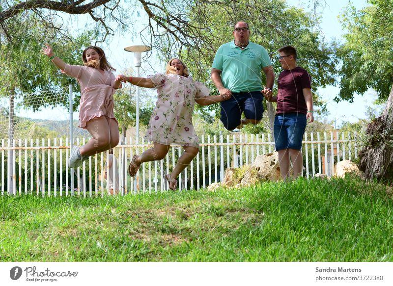 Happy Family Familie springt in die Luft Glückliche Familie Familienurlaub Mutter Vater Tochter Sohn Verrückte Familie Urlaubsfoto