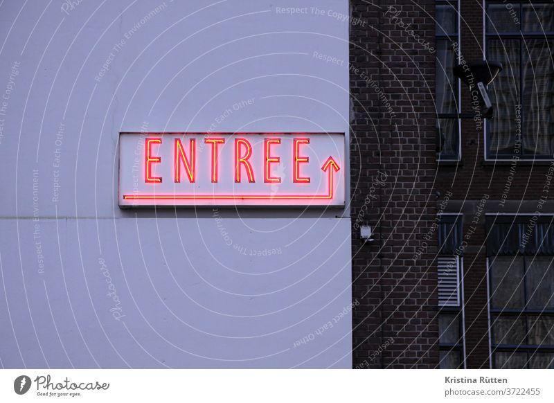 entree leuchtschild an hauswand eingang pfeil leuchtschrift neonschrift neonschild leuchtröhre typo typografie hinweis richtung hotel bar gebäude fassade außen