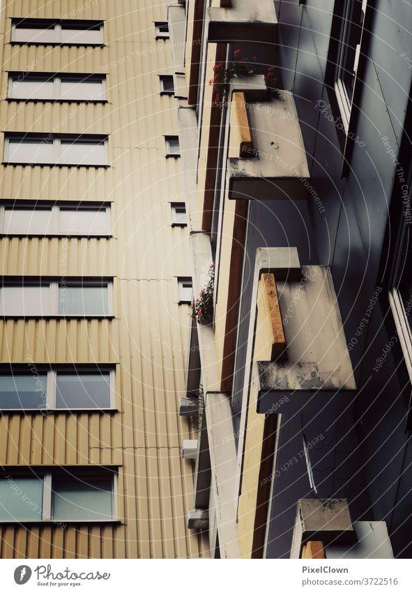 Wohnungsbau stapelweise Haus Fenster Stadt Hochhaus Plattenbau Balkon Fassade trist Außenaufnahme