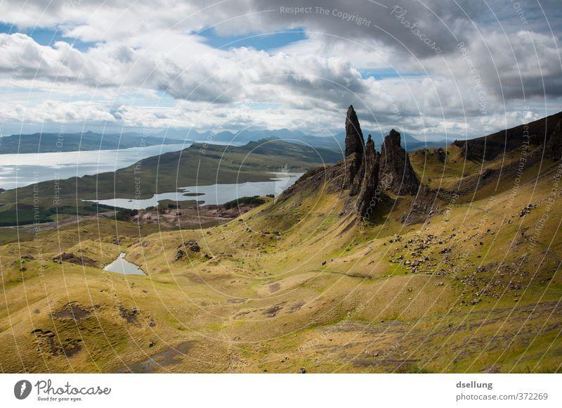 Old Man of Storr alt grün Sommer Landschaft Wolken grau Felsen braun Erde wild Schönes Wetter Urelemente Spitze Hügel Seeufer Sehenswürdigkeit