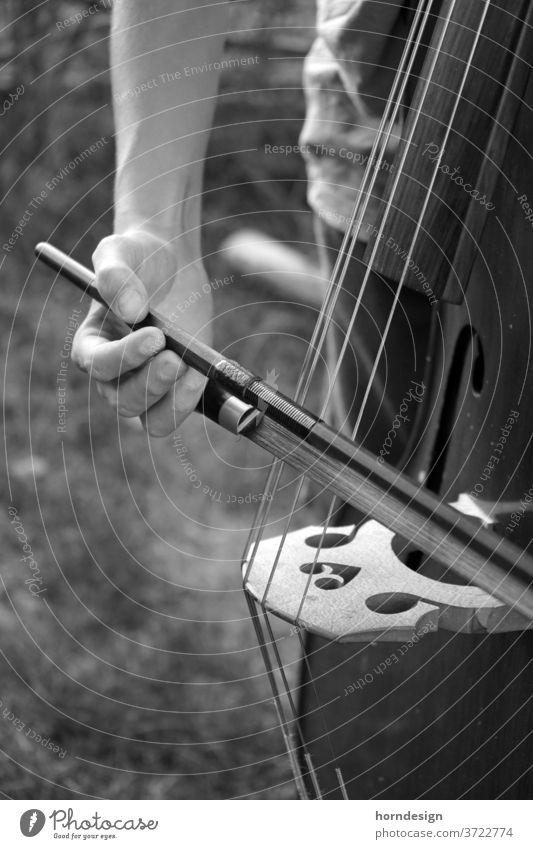 Kontrabass spielen Bogen deutsche Bogenhaltung Kontrabassspieler Klassik klassische Musik Saite Streichinstrumente Musikinstrument Saiteninstrumente