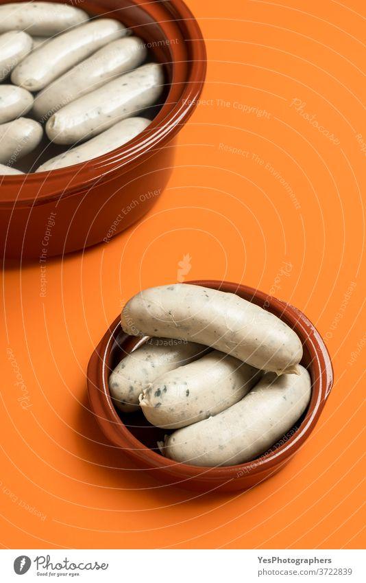 Deutsche Weißwurst in Keramikschale. Bayerische Kalbsbratwurst. Traditionelles Essen Bayern Deutschland Oktoberfest Hintergrund bayerisch gekocht Frühstück