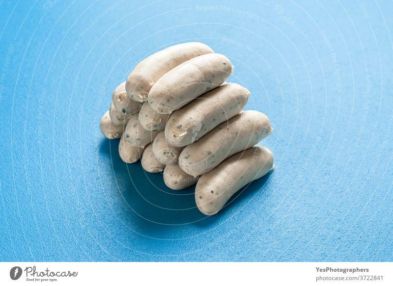 Deutsche Weißwürste in einem Stapel gestapelt. Bayerische Weißwürste. Gekochte Weißwurst Bayern Deutschland Oktoberfest ausgerichtet Hintergrund bayerisch blau