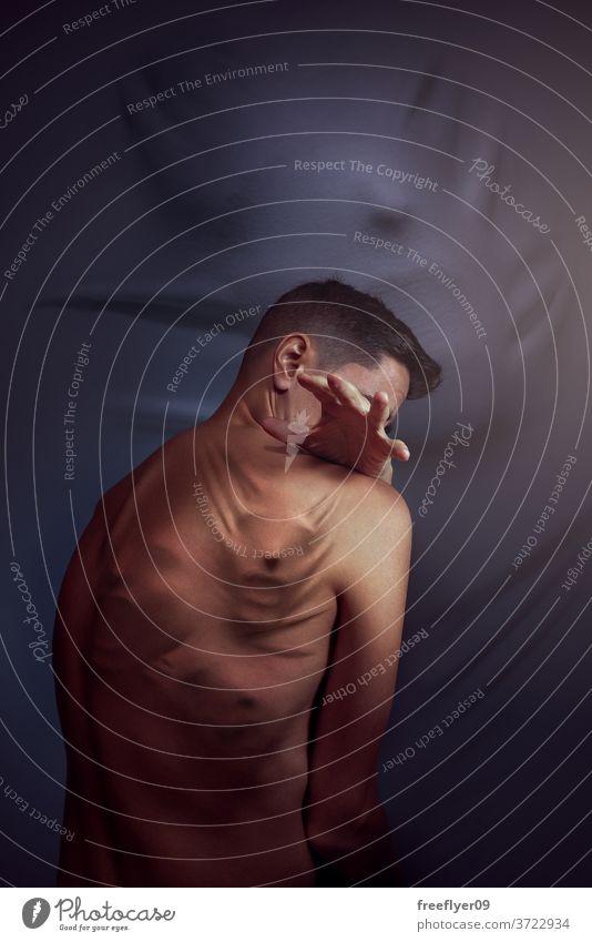 Mann mit einer Haut voller Gesichter oder Geister Leiden schreiend Stoizismus ernst Problematik Depression Persönlichkeit Mobbing angriffslustig aggresion