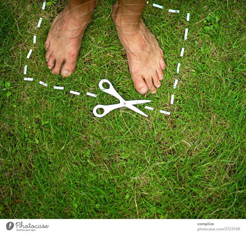 Naturschutzgebiet ausschnitt stehen Haus Gras Rasen Bereiche Auschnitt Barfuß Gartenpflanzen Gartenarbeit Papier Scherenschnitt Naturliebe ausschneiden Liebe