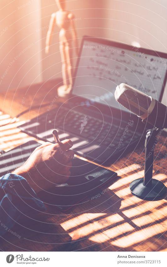 Professor hält Online-Vorlesung Hochschullehrer Lehrer Universität Online-Lektion Touchpad Taststift Tablette E-Learning Mathematik Selbstisolierung Sperrung