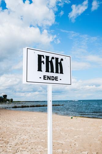 FKK Strand, Schild Ferien & Urlaub & Reisen Naturismus Meer Freiheit nackt Sommer Schilder & Markierungen Regeln Ordnung sauber spießig blauer Himmel Wolken