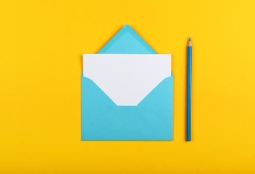 Blauen Papierumschlag über gelb öffnen Kuvert eine weiß Schot Bleistift hölzern blau Pastell lebhaft Hintergrund Nahaufnahme Farbe farbenfroh mehrfarbig