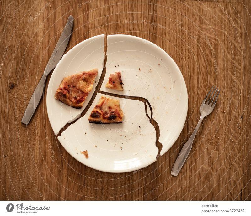 1 Stück Pizza Teller kaputt zerstört pizzaria Gastronomie Restaurant Insolvenz stücke zerstückelt gebrochen Scherben unglückliche Stimmung Essen