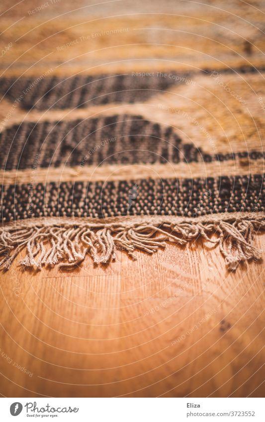 Teppich mit Fransen auf Holzboden Wohnen Fransenteppich geknüpft Boden Fußboden Wohnung gemütlicg Einrichtung Bodenbelag Dekoration Detailaufnahme Parkett