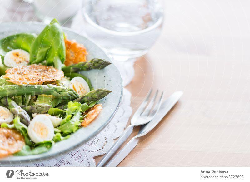 Spargelsalat mit Wachteleiern und Käsechips Salatbeilage Gesundheit Avocado Entzug Kartoffelchips gruyere grün Lebensmittel Gemüse Feinschmecker Vegetarier