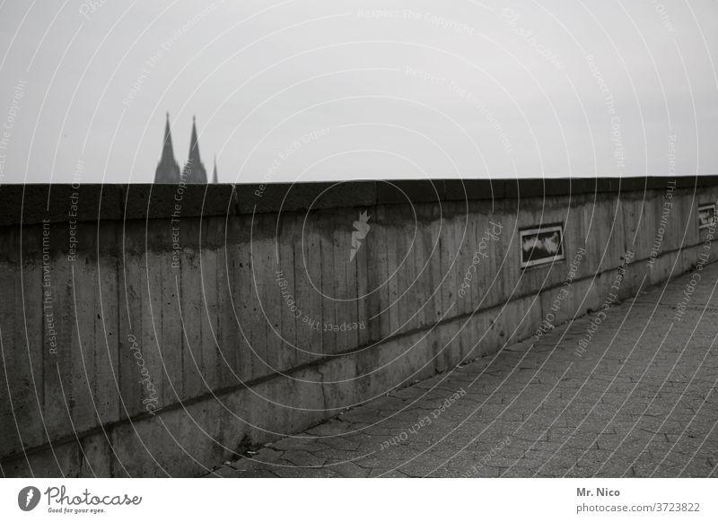 Kölner Mauer Kölner Dom Sehenswürdigkeit Wahrzeichen Himmel Domspitzen grau Stadt Religion & Glaube Wand Tourismus Kirche Bauwerk Architektur