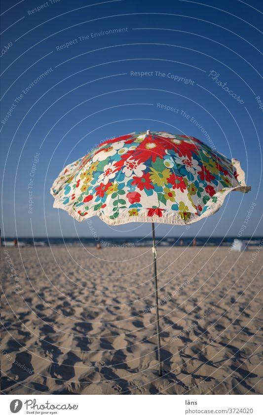 Sonnenschirm am Strand Schirm Ferien & Urlaub & Reisen Sommerurlaub Meer Tourismus Erholung Menschenleer Schönes Wetter Küste Ostsee sonnenschutz Sand bunt