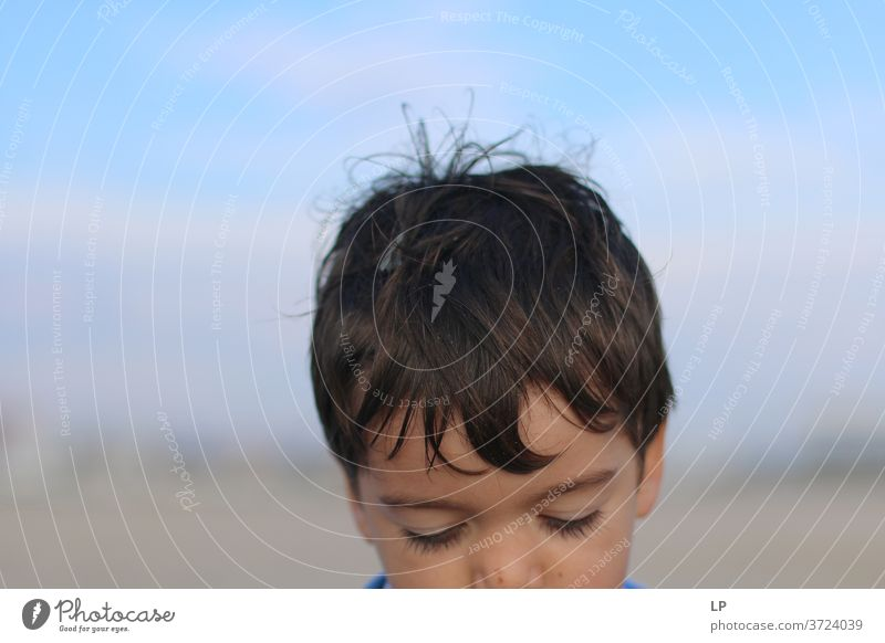 Kopf eines traurigen Jungen Kind Baby Denken herabsehend Traurigkeit Ideen Hintergrund neutral Textfreiraum oben abstrakt Experiment Detailaufnahme