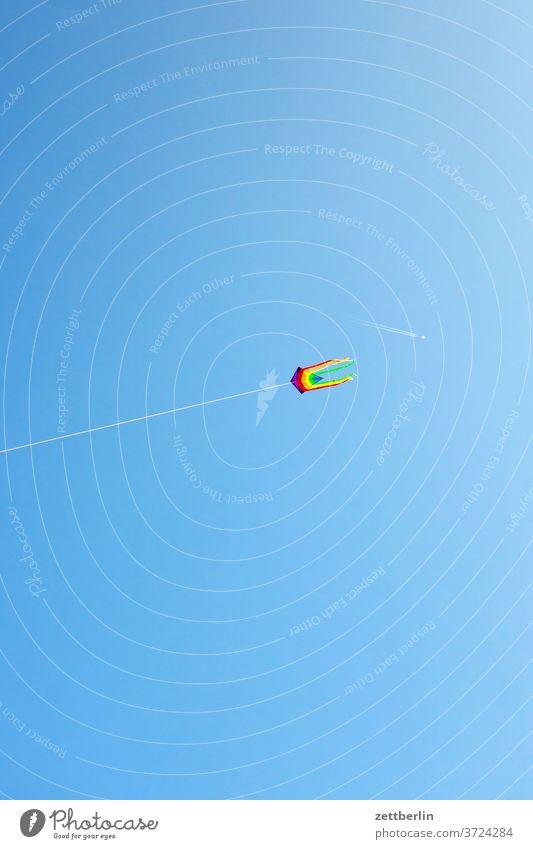 Drachen und Kondensstreifen berlin bunt farbe drachen ferne flugbahn flugdrachen flughafen flugplatz freiheit frühling himmel horizont menschenleer rollbahn