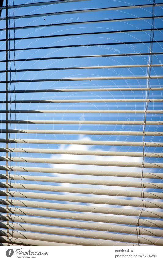 Jalousie mit Himmel und Sonne und Wolke fenster himmel jalousie lichtschutz rollo sonnenschutz verdunklung wolke zu geschlossen verschattung schatten wohnen