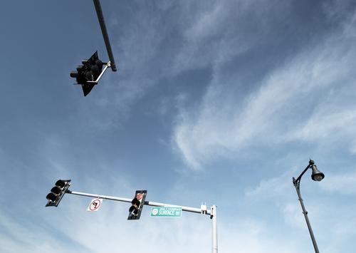 Lightboxen (19) ampel lampen himmel wolken mast beleuchtung öffentlich verkehr kreuzung straßenschild orientierung oben hoch zusammen gemeinsam sonnig