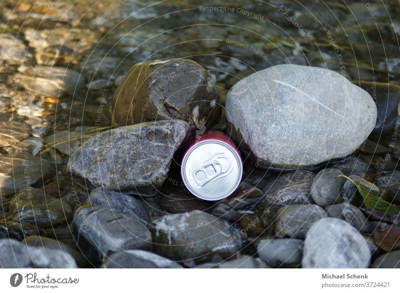 Eine Getränke Dose zwischen Steinen an einem Gebirgsbach Dose,Steine,Wasser,Bach,Gebirge, Außenaufnahme Farbfoto Abenteuer außergewöhnlich Alpen Felsen