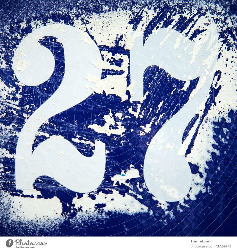 27 - Forever Young? Nein? Haus Hausnummer blau weiß verschmiert Spuren Alter abkratzen Ziffern & Zahlen Wand Menschenleer Farbfoto Detailaufnahme jung alt