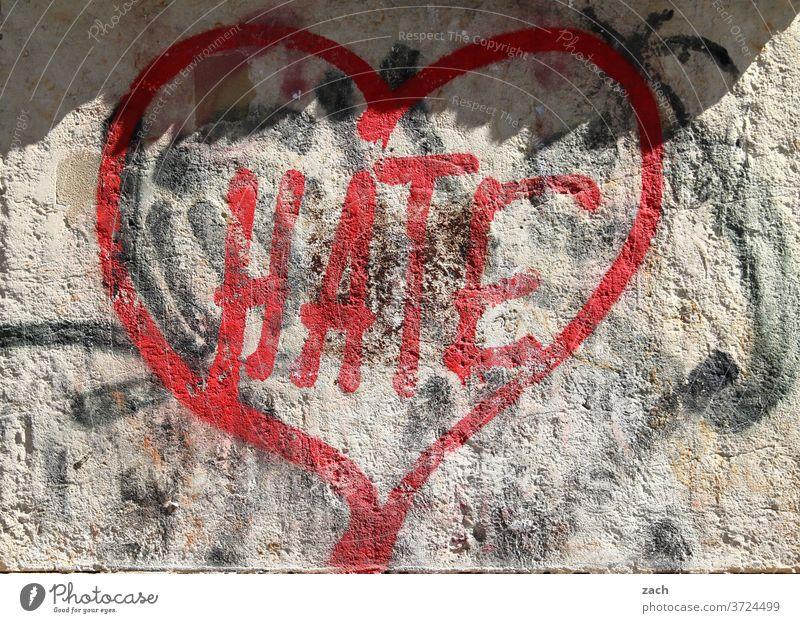 Love & Hate Graffiti streetart Street Mauer Wandmalereien Fassade Botschaft Buchstaben Ziffern & Zahlen Liebe Herz Romantik Hass Wut Zerissenheit unentschlossen