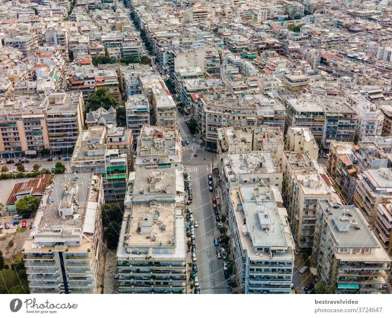 Thessaloniki, Griechenland: Drohnen-Landschaftsansicht der Dächer der Gebäude des Stadtbezirks Analipsi aus der Vogelperspektive. Tagesspitzenpanorama einer europäischen Stadt mit Wohnblöcken rund um die Straße an einem sonnigen Tag.
