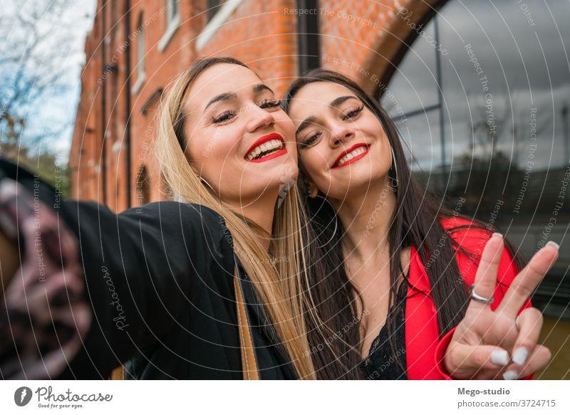Schwestern vergnügen sich gegenseitig