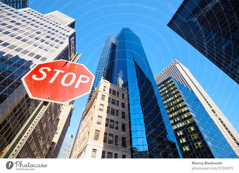Blick auf das Stoppschild an einer Straße in New York City, USA. stoppen Zeichen neu Großstadt nachschlagen nyc Büro Gebäude Business Manhattan Wolkenkratzer