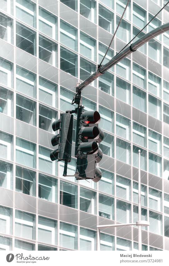 Ampel mit einem modernen Bürogebäude im Hintergrund. Verkehr Lichter Großstadt Gebäude signalisieren Ampeln stoppen Sicherheit keine Menschen