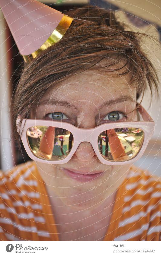 Partyhütchen Partystimmung Partygast Brille verspiegelt Frau Feste & Feiern Mensch Erwachsene rosa Sonnenbrille Lächeln kritischer blick selfie Hut Partyhut