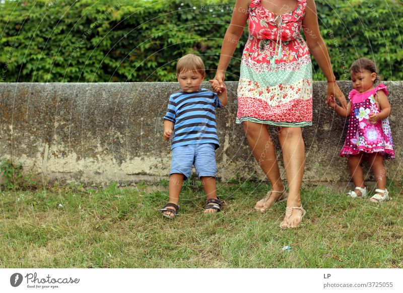 Mutter und 2 Kinder steigen einen Hügel hinunter Kindererziehung Kinderspiel ängstlich Geborgenheit Hoffnung komplex Kontakt Schutz Erwachsene Geschwister