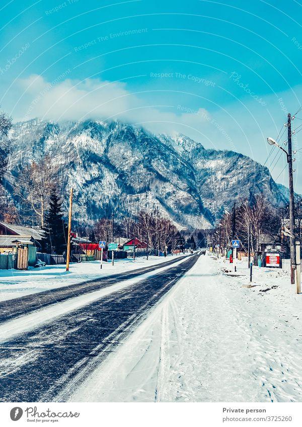 Weg nach oben.  Winterstraße, die zu den Bergen führt Straße malerisch Landschaft Entwicklung Berge u. Gebirge reisen Schnee einspurige Straße Natur Weihnachten