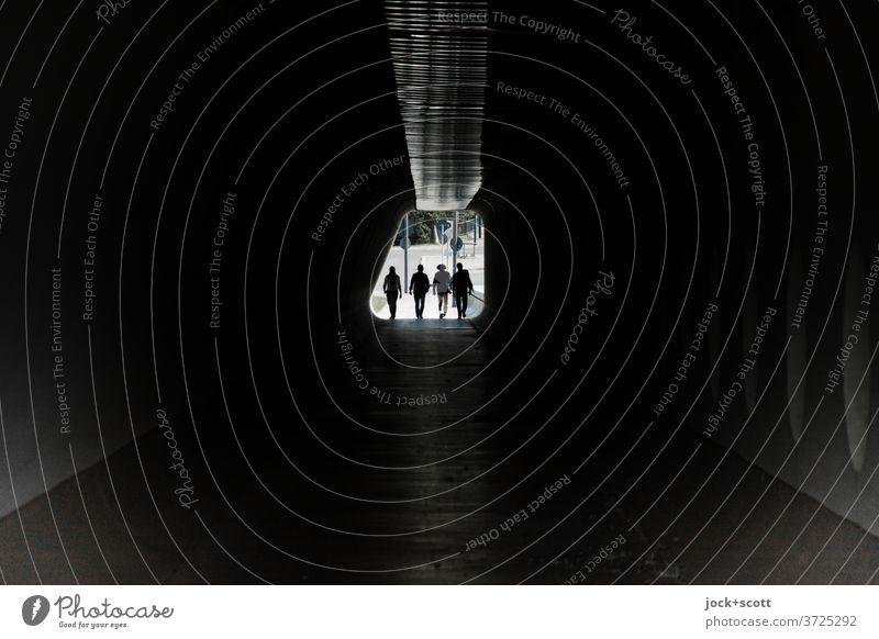 Vier schreiten ein in die Dunkelheit Tunnel Silhouette Gegenlicht Wege & Pfade Durchgang Fußgänger dunkel Low Key Tunnelblick gehen Symmetrie Architektur