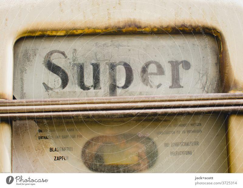 echt Super 2400 Zapfsäule Energiewirtschaft Sechziger Jahre Typographie Sammlerstück Rost Metall Rechteck retro authentisch Design Nostalgie Qualität