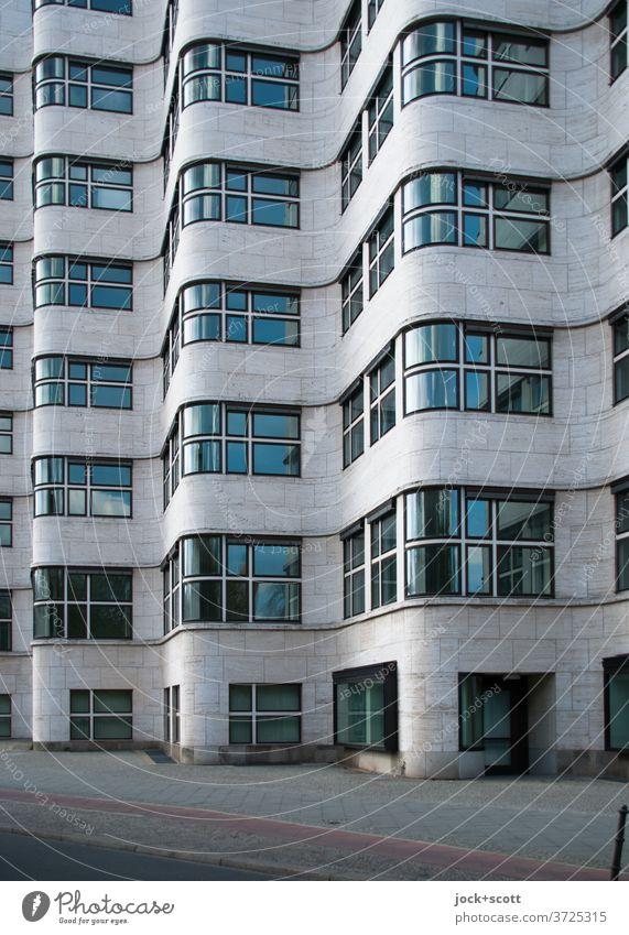 Fassade nüchtern betrachtet Architektur Bürogebäude Fenster Sehenswürdigkeit außergewöhnlich retro Originalität ästhetisch Einigkeit Muschelhaus