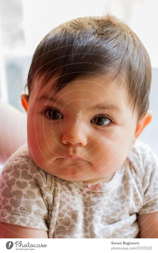 Kleines Mädchen Arme Baby schön Decke hell Kaukasier Kind niedlich Ausdrücken Ausdruck Auge Gesicht Hand menschlich Säugling wenig Blick Monat neugeboren Person