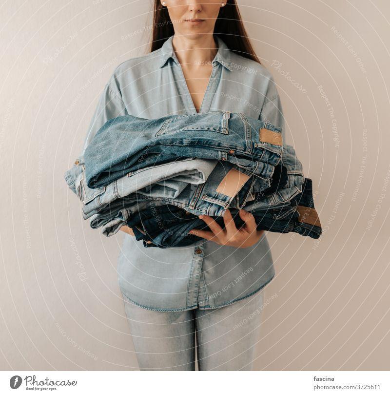 Denim-Pflege, Jeansverkauf, Recycling-Kleidung, Fast-Fashion-Konzept Jeanshose Jeansstoff anhaben schnelle Mode Jeans-Pflege wiederverwenden wiederverwerten