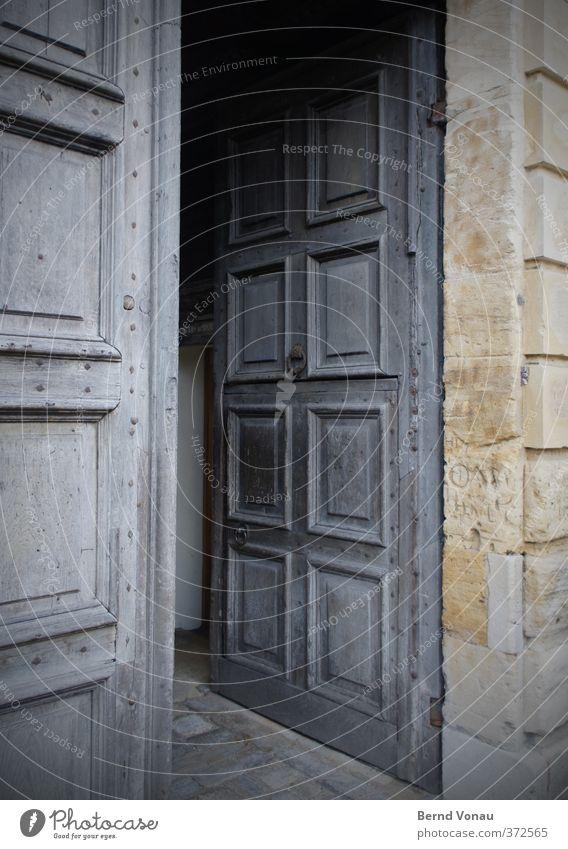 Nur herein! Haus Gebäude Tür Blick blau braun gelb grau grün Neugier Interesse eintreten offen Portal Mauer Türfüllung Holztür alt Vergangenheit Tradition