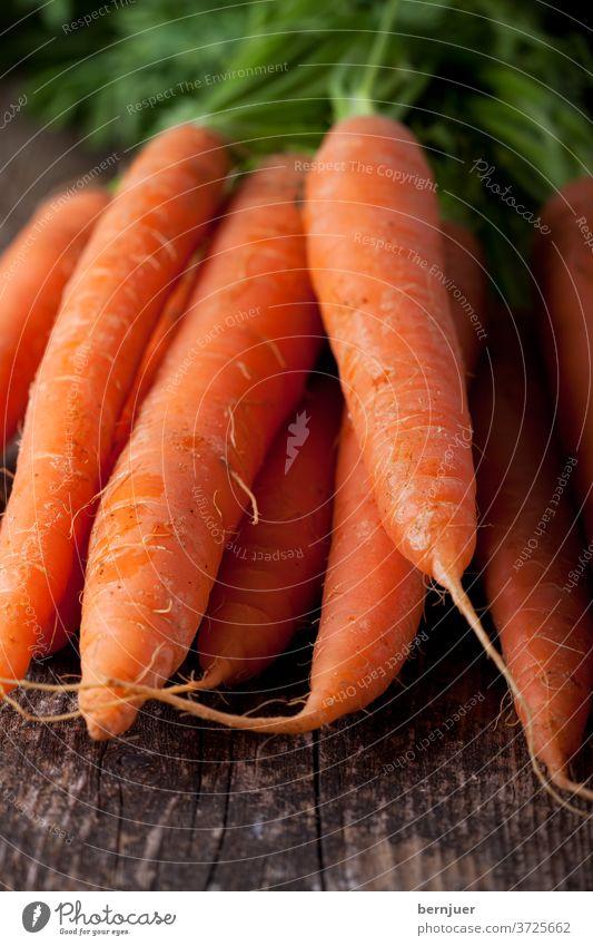 Haufen Karotten auf einer Holzplanke Bett Erde Pflanze schmutzig Feld Bauernhof Anbau Lebensmittel Gemüse Wurzel wachsen Natur natur boden niemand gesund orange
