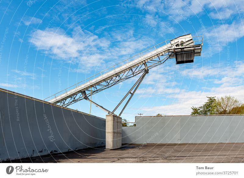 Förderband eines Entsorgungsbetriebs vor blauen Himmel Förderturm Bauschutt Müllentsorgung anlage Industrie Außenaufnahme Industrieanlage Menschenleer